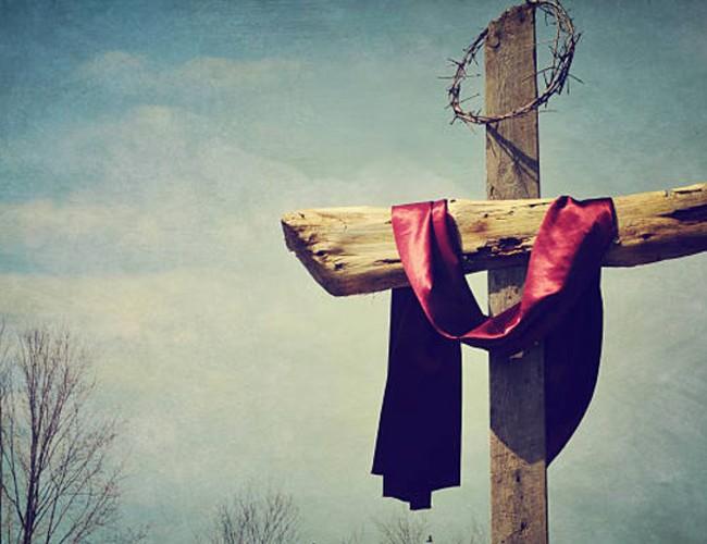 Vendredi saint - croix avec un ruban rouge